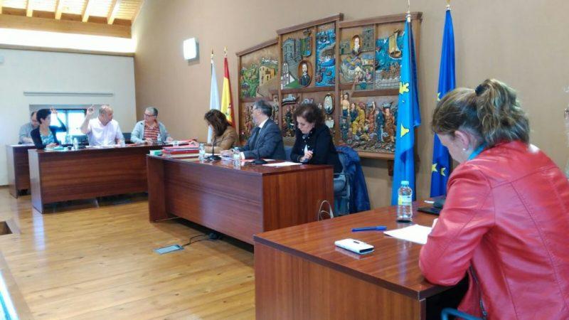 """El alcalde de Navia """"no entiende"""" la actitud de la oposición, que abandonó el pleno este miércoles"""
