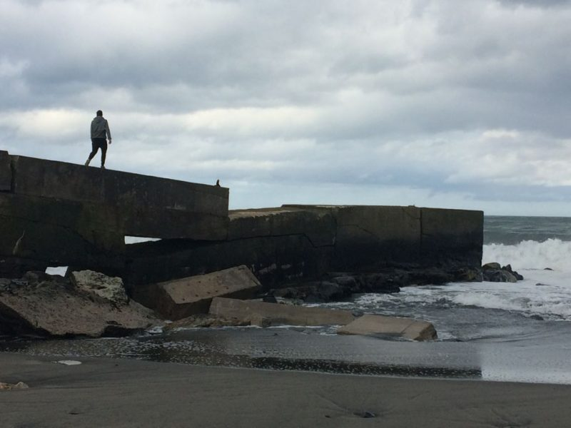 Cruz Fernández (Navia): el temporal arrastra más arena hacia el interior de la playa pero no ocasiona nuevos destrozos en las infraestructuras