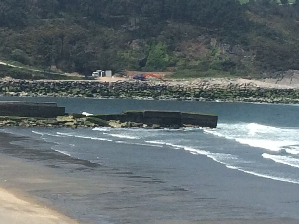 La próxima semana comenzará la reparación del Espigón de la Ría de Navia. Este viernes ha quedado colocada la pasarela en la zona del Paseo Marítimo